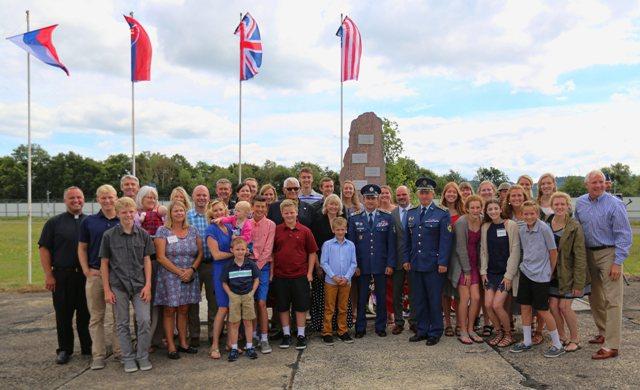 Účastníci pietnej spomienky na počesť personálu amerických špeciálnych síl (OAS), ktoré sa zúčastnili v Slovenskom národnom povstaní