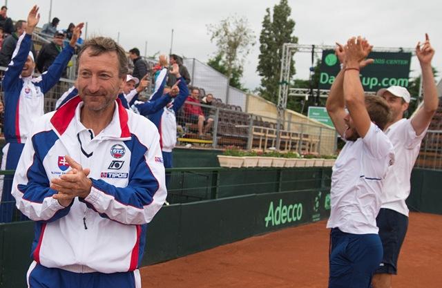 Na snímke slovenskí reprezentanti Andrej Martin (druhý vpravo), Igor Zelenay (vpravo) a vľavo nehrajúci kapitán Miloš Mečíř sa tešia po výhre 3:0 na sety v zápase štvorhry proti maďarskému páru Márton Fucsovics, Levente Gödry v 2. kole 1. skupiny euro-africkej zóny Davisovho pohára