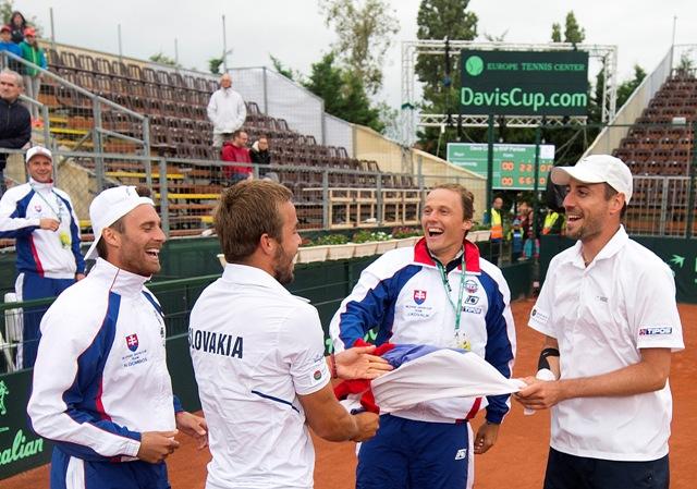 Na snímke slovenskí reprezentanti Andrej Martin (tretí vpravo) a Igor Zelenay (vpravo) sa tešia so spoluhráčmi Norbertom Gombošom (vľavo) a Jozefom Kovalíkom (druhý vpravo) po výhre 3:0 na sety v zápase štvorhry proti maďarskému páru Márton Fucsovics, Levente Gödry v 2. kole 1. skupiny euro-africkej zóny Davisovho pohára