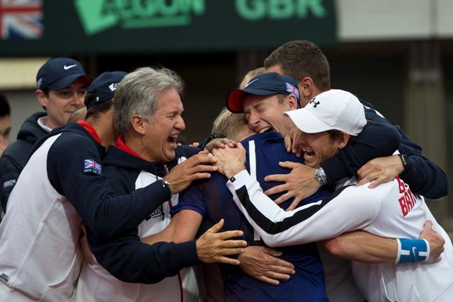 Členovia britského daviscupového tímu sa tešia z víťazstva britského tenistu Kylea Edmunda proti Srbovi Dušanovi Lajovičovi vo štvrťfinále Davisovho pohára medzi Srbskom a Britániou