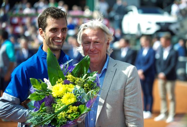 Španiel Albert Ramos-Vinolas (vľavo) pózuje so švédskou tenisovou legendou Björnom Borgom po víťazstve 6:3, 6:4 nad krajanom Fernandom Verdascom vo finále mužskej dvojhry na turnaji ATP vo švédskom Bastade