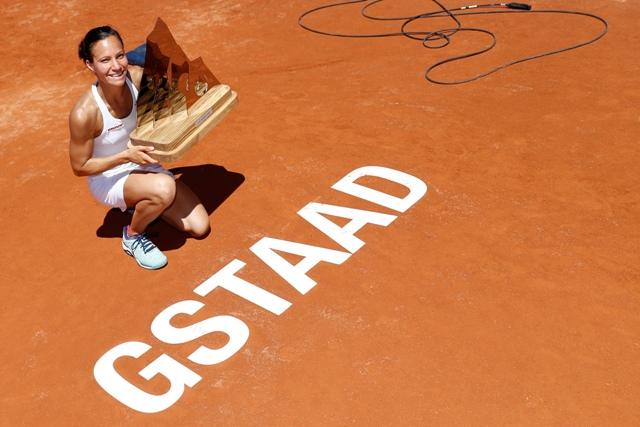 Švajčiarska tenistka Viktorija Golubicová oslavuje víťazstvo nad Holanďankou Kiki Bertensovou vo finále dvojhry na turnaji WTA v Gstaade