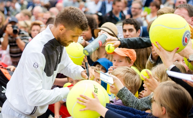 Slovenský tenista Martin Kližan rozdáva autogramy po víťazstve nad Pablom Cuevasom z Uruguaja vo finále mužskej dvojhry na turnaji ATP v Hamburgu