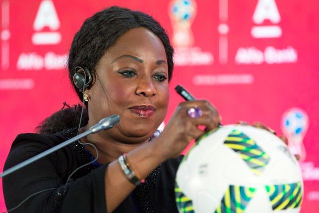 Na snímke generálna sekretárka  Medzinárodnej futbalovej federácie (FIFA) Fatma Samourová podpisuje oficiálnu loptu pre MS 2018