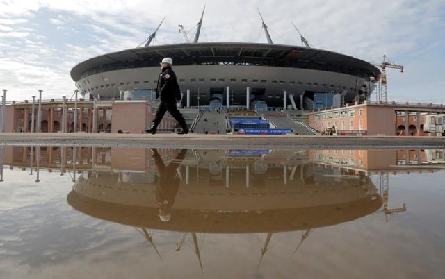 Na snímke rekonštrukčné práce na futbalovom štadióne Zenit Arena v Petrohrade