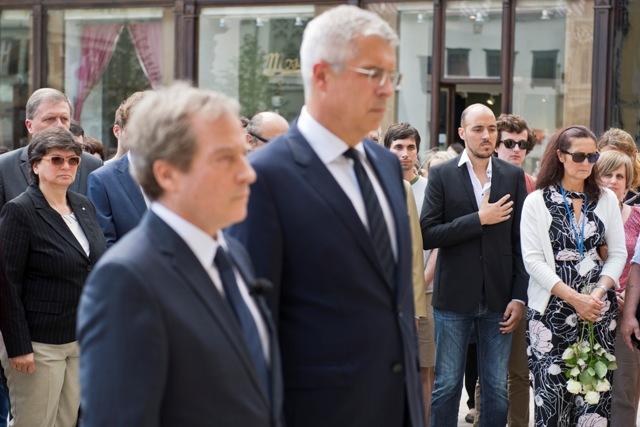 Na snímke vľavo veľvyslanec Francúzskej republiky na Slovensku Didier Lopinot a štátny tajomník ministerstva zahraničných vecí a európskych záležitostí SR Ivan Korčok počas minúty ticha pred francúzskym veľvyslanectvom za obete teroristického útoku v Nice