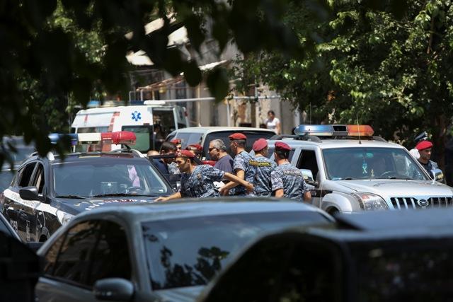 Arménski policajti a špeciálne jednotky strážia okolie policajnej stanice