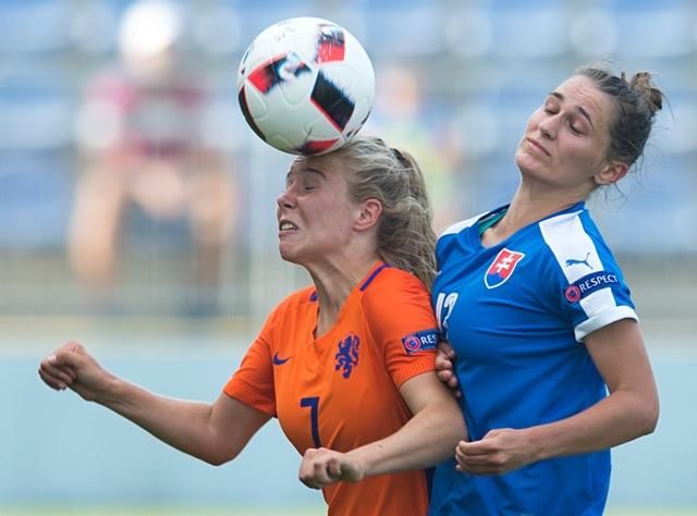 Na snímke slovenská futbalová reprezentantka Terézia Kovaľová (vpravo) a holandská futbalistka Suzanne Admiraalová (vľavo) v súboji o loptu počas zápasu skupiny A na ME 19 vo futbale žien Slovensko - Holandsko