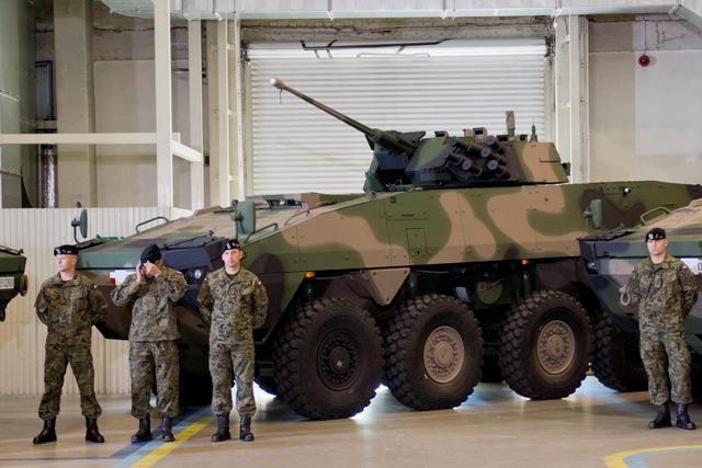 Na snímke vojaci pri vozidle Rosomak