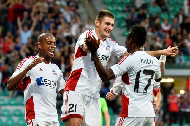 Strelec druhého gólu Trenčína Matúš Bero ( v strede) sa teší so spoluhráčmi v odvetnom zápase 2. predkola Ligy majstrov AS Trenčín - NK Olimpija Ľubľana