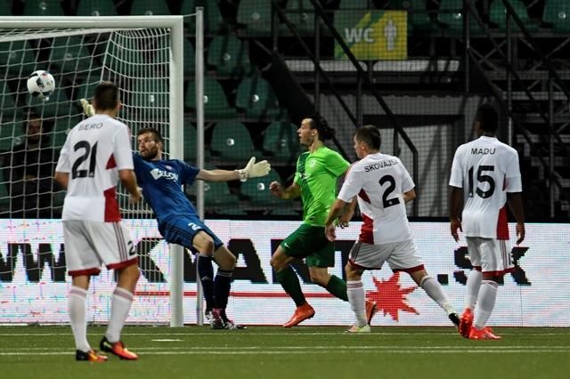 Tretí gól v sieti Trenčana Igora Šemrinca (druhý zľava) v odvetnom zápase 2. predkola Ligy majstrov AS Trenčín - NK Olimpija Ľubľana