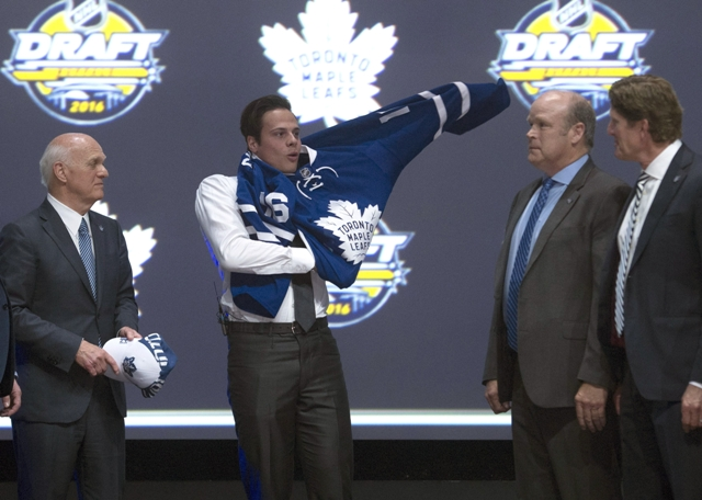 Auston Matthews si oblieka dres Toronta Maple Leafs, ktorý si ho vybral z 1 miesta zo vstupného draftu zámorskej hokejovej NHL