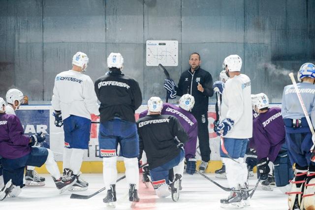 Hráči majstrovského extraligového hokejového tímu HK Nitra pod vedením trénera Andreja Kmeča (na snímke v pozadí uprostred) absolvujú v týchto dňoch v domácom prostredí druhú fázu predsezónnej prípravy na ľade