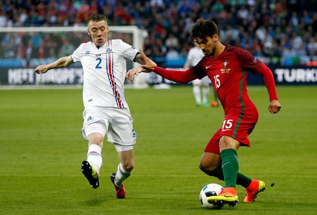 Na snímke portugalský hráč Andre Gomes (vpravo)