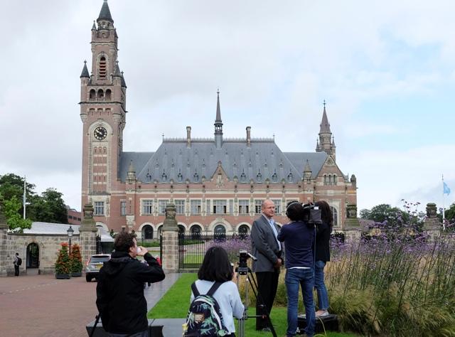 Novinári sa zhromaždili pred Palácom mieru - sídlom Medzinárodného súdneho dvora - v holandskom Haagu v utorok 12. júla 2016. Medzinárodný súd v holandskom Haagu odmietol rozsiahle územné nároky Pekingu v oblasti Juhočínskeho mora