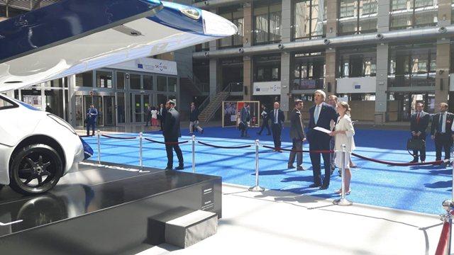 Aeromobil, jeden z exponátov, ktorými v Bruseli prezentuje SR svoje predsedníctvo v Rade Európskej únie, zaujal aj ministra zahraničných vecí USA Johna Kerryho (na snímke v popredí druhý sprava)
