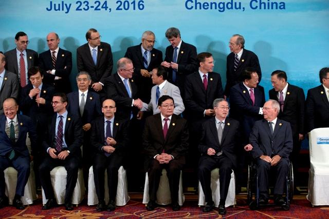 Na snímke ministri financií a guvernéri centrálnych bánk predstaviteľov 20 najväčších ekonomík sveta, tzv. skupiny G20 pózujú pre skupinovú fotografiu počas stretnutia v čínskom Čcheng-tu
