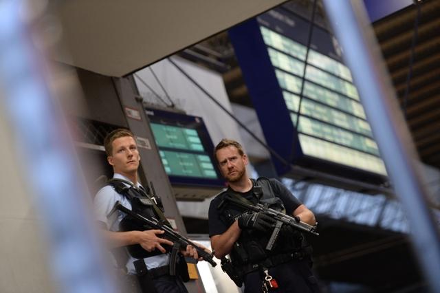 Príslušníci špeciálnej policajnej jednotky patrolujú na stanici v centre Mníchova po streľbe v nákupnom centre Olympia