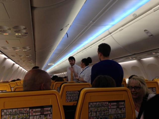 Letušky sa tak snažili rozdeliť pár, cestujúci spolu a vyzvali mladého muža, aby opustil lietadlo a cestoval až na ďalší deň