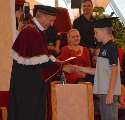 Na snímke: Žiakom diplomy odovzdal rektor Univerzity Konštantína v Nitre Filozofa Ľubomír Zelenický