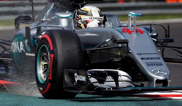 Na snímke britský pilot formuly 1 Lewis Hamilton na Mercedese
