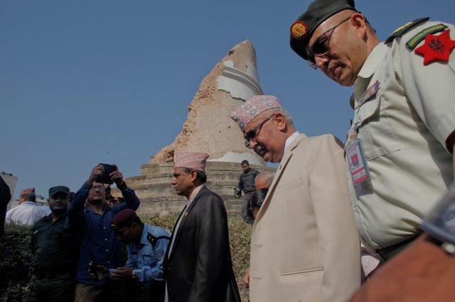 Na snímke nepálsky premiér Khadga Prasad Oli (druhý sprava)