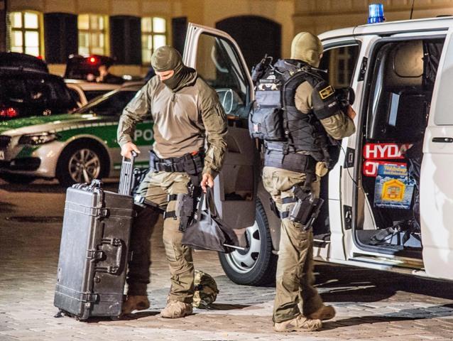 Príslušníci špeciálnej jednotky nemeckého ministerstva vnútra odchádzajú po skončení akcie z miesta výbuchu v bavorskom Ansbachu 25. júla 2016