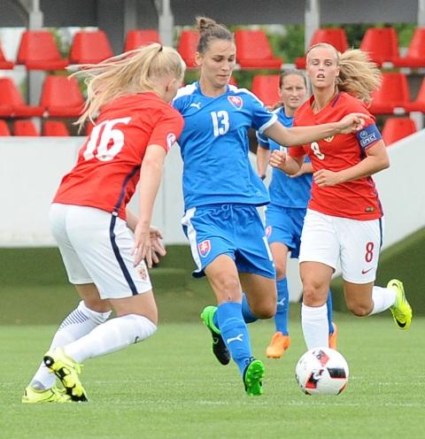 Na snímke zľava Katrina Jorgensenová z Nórska, Terézia Kulová zo Slovenska a Nora Eide Lieová z Nórska bojujú o loptu v zápase základnej A-skupiny futbalových Majstrovstiev Európy hráčok do 19 rokov medzi Nórskom a Slovenskom