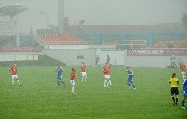 Na snímke futbalistky Nórska (červené dresy)a Slovenska (modré dresy) počas silného lejaku v zápase základnej A-skupiny futbalových Majstrovstiev Európy hráčok do 19 rokov medzi Nórskom a Slovenskom