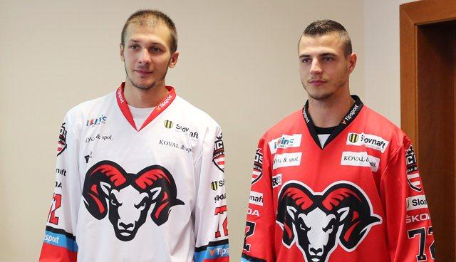 Na snímke zľava hráči HC´05 iClinic Banská Bystrica Tomáš Matoušek a Mário Lunter v dresoch s novým logom