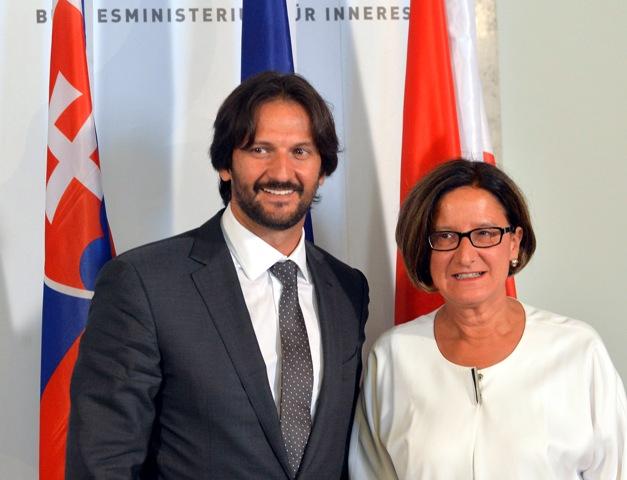 Podpredseda vlády a minister vnútra SR Robert Kaliňák (vľavo) so svojou rakúskou kolegyňou Johannou Mikl-Leitnerovou podpísali 21.júla 2015 vo Viedni memorandum o porozumení medzi ministerstvami vnútra Slovenskej republiky a Rakúskej republiky o dočasnom poskytnutí ubytovacích kapacít Rakúskej republike v súvislosti s presunom azylantov do zariadenia MV SR v Gabčíkove