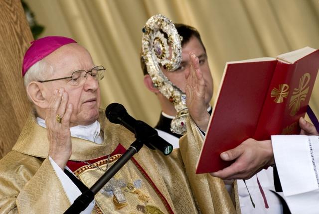 Vo veku 90 rokov zomrel dnes ráno v Nitre arcibiskup Dominik Hrušovský (na snímke vľavo)