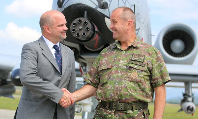 Na snímke zľava charge d'affaires Veľvyslanectva USA v SR Liam Wasley a minister obrany SR Peter Gajdoš si podávajú ruky počas návštevy spoločného cvičenia Slovak Warthog amerických a slovenských leteckých síl na leteckej základni Sliač