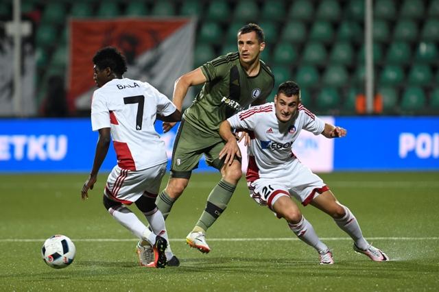 Na snímke uprostred hráč Legie  Tomasz Jodlowiec medzi hráčmi Trenčína, vľavo Aliko Bala a vpravo Matúš Bero v prvom zápase 3. predkola futbalovej Ligy majstrov AS Trenčín - Legia Varšava