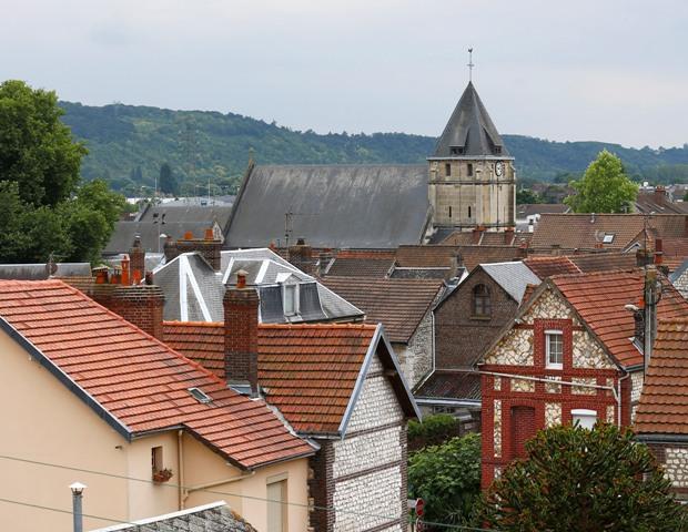 Na snímke pohľad na kostol vo francúzskom meste Saint-Étienne-du-Rouvray, v ktorom útočníci podrezali 84-ročného kňaza počas rukojemníckej drámy