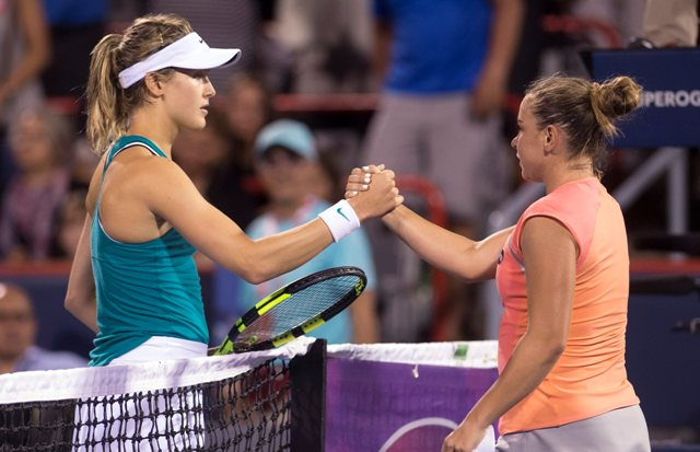 Na snímke vpravo slovenská tenistka Kristína Kučová postúpila do štvrťfinále dvojhry na prestížnom turnaji WTA v Montreale, keď v osemfinále Rogers Cupu zdolala v pozícii kvalifikantky domácu Kanaďanku Eugenie Bouchardovú (vľavo)