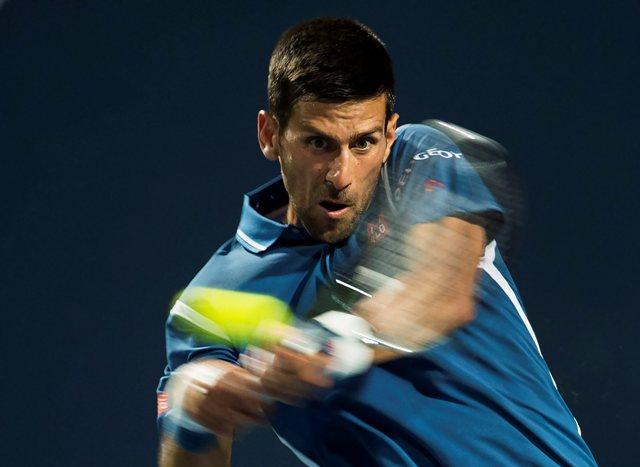 Srbský tenista Novak Djokovič odvracia úder českému tenistovi Radkovi Štepánkovi v osemfinálovom zápase tenisového turnaja ATP v kanadskom Toronte