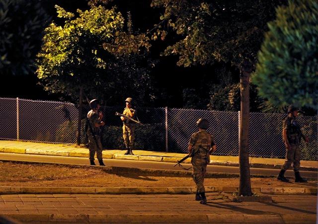 Na snímke príslušníci tureckej armády hliadkujú v uliciach