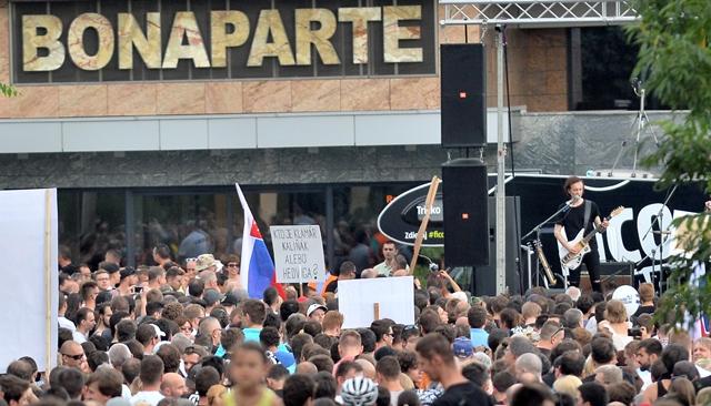 Na snímke demonštranti pred komplexom Bonaparte