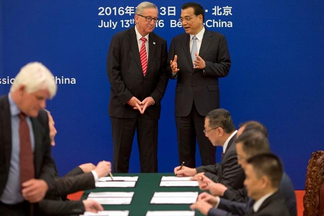 Na snímke vpravo čínsky premiér Li Kche-čchiang a vľavo predseda Európskej komisie Jean-Claude Juncker
