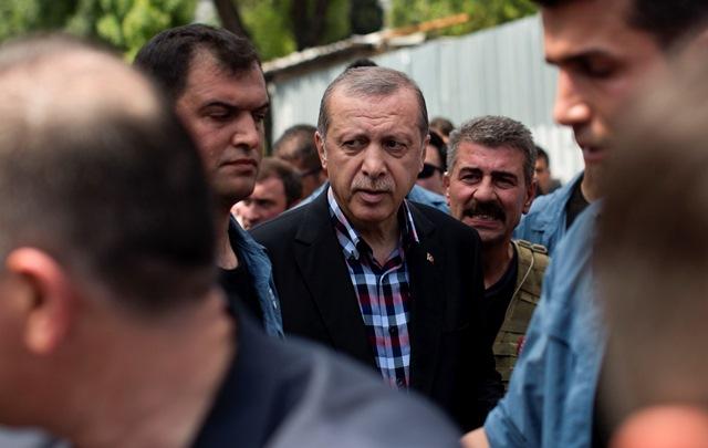 Na snímke turecký prezident Recep Tayyip Erdogan odchádza z mešity po pohrebe ľudí, ktorí zahynuli počas protestu proti pokusu o prevrat proti tureckej vláde