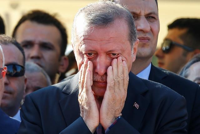 Na snímke turecký prezident Recep Tayyip Erdogan si utiera slzy počas pohrebu troch mužov, ktorí zahynuli pri pokuse časti armády o prevrat