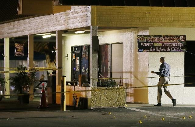 Na snímke vyšetrovateľ je pred nočným klubom v meste Fort Myers v americkom štáte Florida, kde zahynuli pri streľbe dvaja ľudia a najmenej 14 ďalších utrpelo zranenia