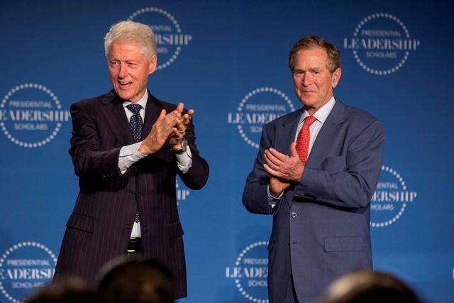 Na snímke bývalí americký prezidenti George W. Bush a Bill Clinton