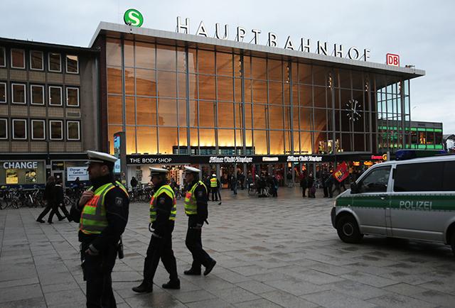 Počas silvestrovskej noci došlo v okolí kolínskej hlavnej železničnej stanice k napadnutiu mnohých žien, ktoré sa stali obeťami sexuálnych útokov a krádeží, podľa svedkov páchaných mužmi cudzokrajného výzoru.