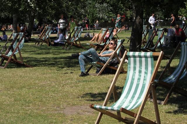 Na snímke ľudia sa vyhrievajú na slniečku v londýnskom Hyde Parku