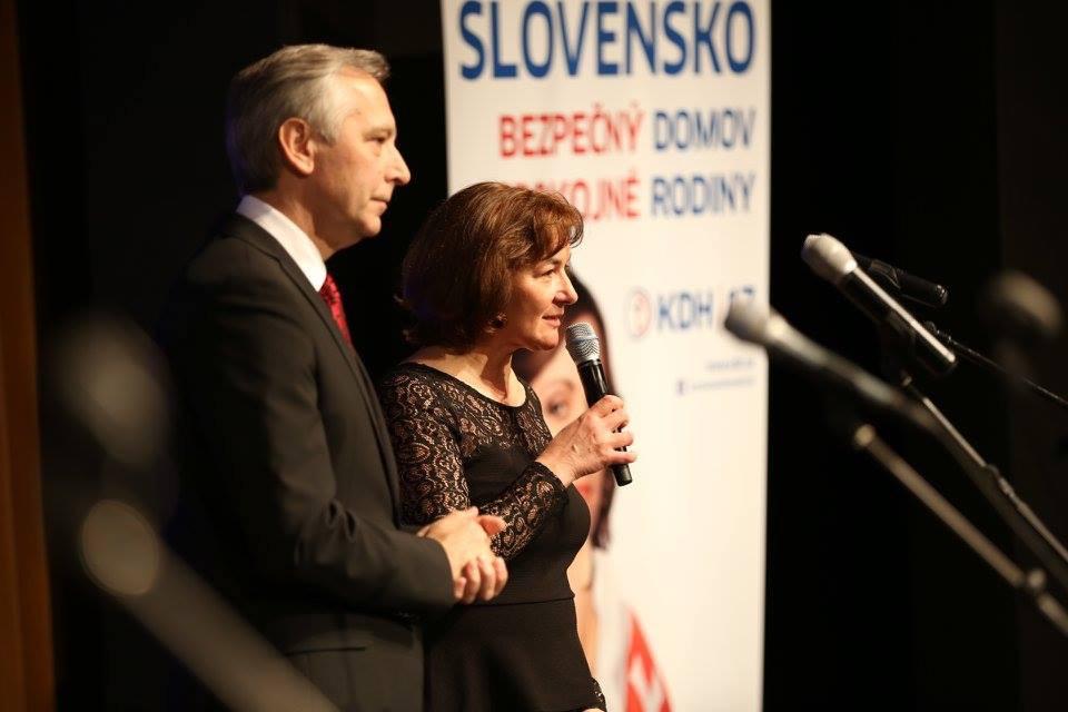 Na archívnej snímke bývalý predseda strany KDH Ján Figeľ s manželkou Máriou na jednom s predvolebných mítingov (2016)