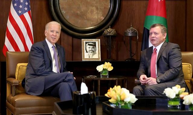 Na snímke jordánsky kráľ Abdalláh II. (vpravo) a americký viceprezident Joe Biden