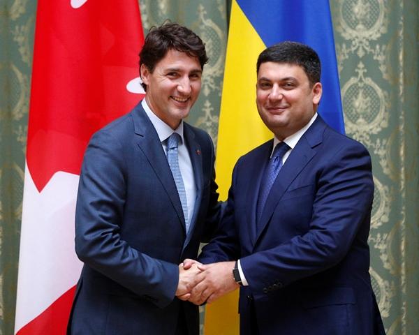 Na snímke kanadský premiér  Justin Trudeau (vľavo) a ukrajinský premiér Volodymyr Hrojsman