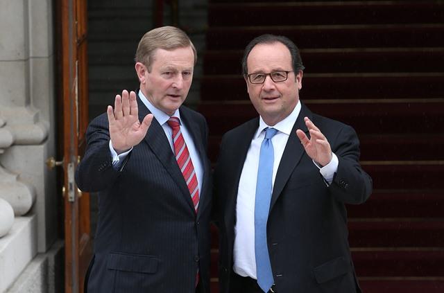 Na snímke francúzsky prezident Francois Hollande (vpravo) a írsky premiér Enda Kenny